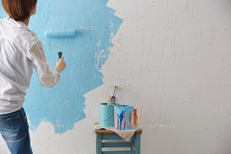 DIYをする女性の素材 [FYI01033183]