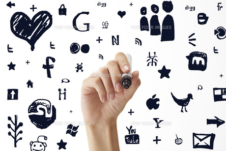 ペンでアイコンを書き込む女性の素材 [FYI01033184]