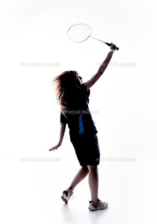 バトミントンをする女性のシルエットの素材 [FYI01033185]