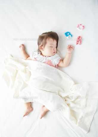 お昼寝している赤ちゃんとABCの素材 [FYI01033194]