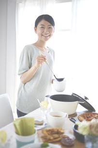 スープを取り分ける女性の素材 [FYI01033195]