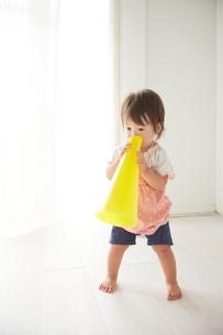 黄色のメガホンで遊ぶ赤ちゃんの素材 [FYI01033196]