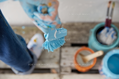 DIYをする女性の素材 [FYI01033197]