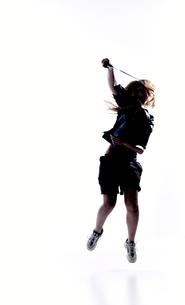 バトミントンをする女性のシルエットの素材 [FYI01033203]
