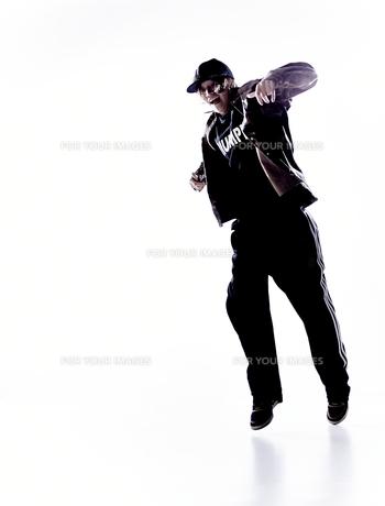ダンスをする女性のシルエットの素材 [FYI01033206]