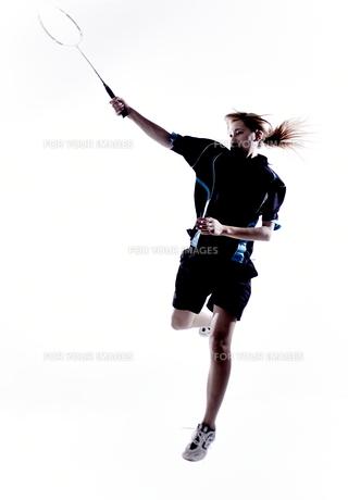 バトミントンをする女性のシルエットの素材 [FYI01033211]