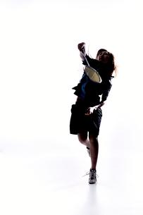 バトミントンをする女性のシルエットの素材 [FYI01033212]