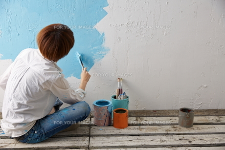 DIYをする女性の素材 [FYI01033216]