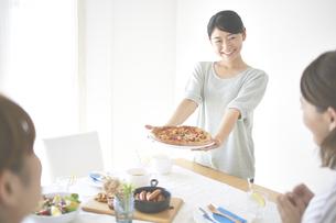 ピザを差し出す女性の素材 [FYI01033228]
