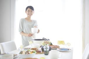 スープを取り分ける女性の素材 [FYI01033230]