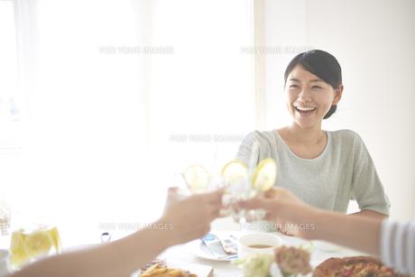乾杯する女性の素材 [FYI01033234]