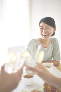 乾杯する女性の素材 [FYI01033284]