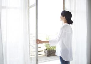 窓を開ける女性の素材 [FYI01033294]