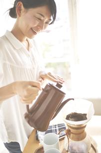 コーヒーを入れている女性の素材 [FYI01033298]