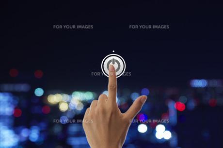 スイッチを押す女性の手の素材 [FYI01033328]