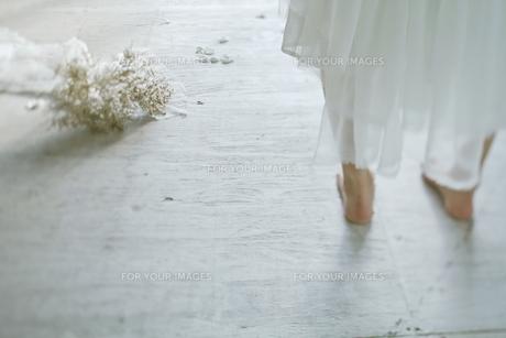 裸足の新婦とブーケの素材 [FYI01033357]