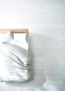 白い床の寝室にあるベットの素材 [FYI01033367]