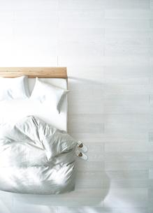 白い床の寝室にあるベットとスリッパの素材 [FYI01033374]