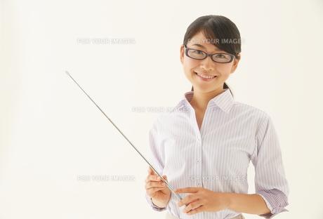 指示棒を持つ教師の素材 [FYI01033386]
