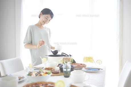 スープを取り分ける女性の素材 [FYI01033388]