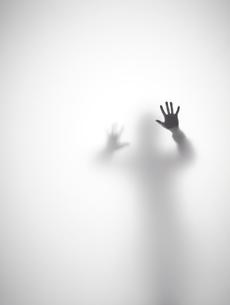 壁に両手をついている人のシルエットの素材 [FYI01033464]