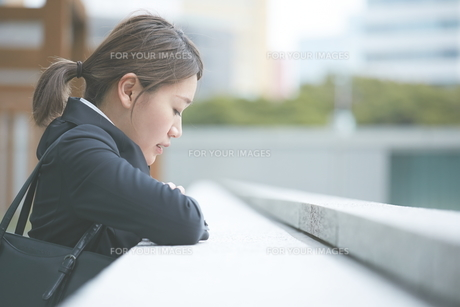 落ち込む働く女性の素材 [FYI01033477]