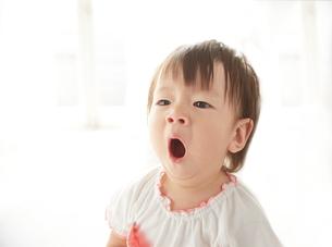 あくびをしている赤ちゃんの素材 [FYI01033493]