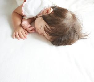 お昼寝している赤ちゃんの素材 [FYI01033496]