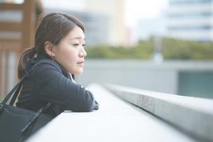 落ち込み遠くを見つめる働く女性の素材 [FYI01033505]