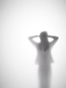 頭を抱える女性のシルエットの素材 [FYI01033543]