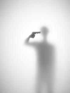 自殺しようとしている男性のシルエットの素材 [FYI01033544]