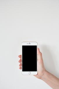 スマートフォンを持つの素材 [FYI01033564]