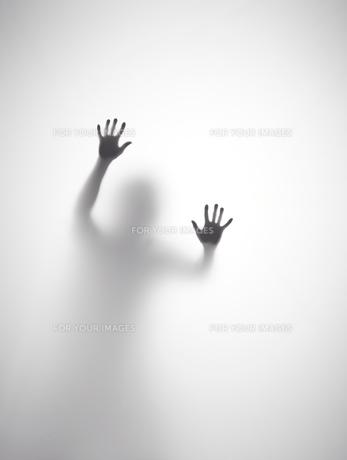 壁に両手をついている人のシルエットの素材 [FYI01033568]