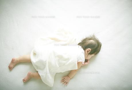お昼寝中の赤ちゃんの素材 [FYI01033576]