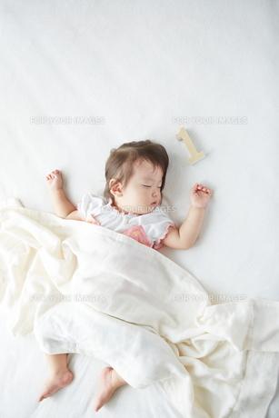 お昼寝している1歳の赤ちゃんの素材 [FYI01033581]