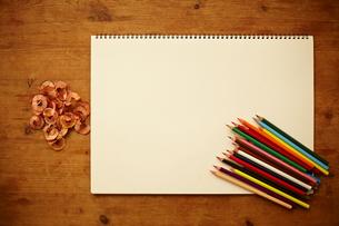 スケッチブックと色鉛筆の素材 [FYI01033582]