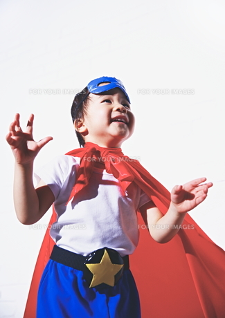 スーパーマンごっこをして楽しそうな子供の素材 [FYI01033607]