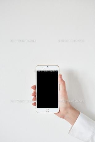 スマートフォンを持つの素材 [FYI01033608]