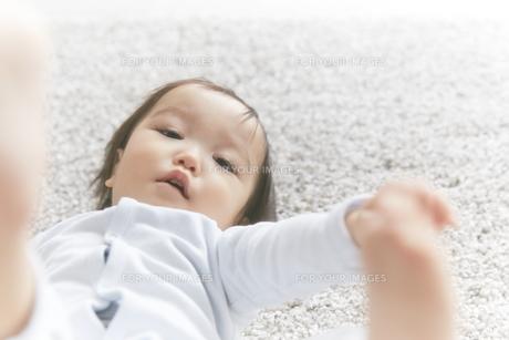 寝転がる赤ちゃんの素材 [FYI01033614]