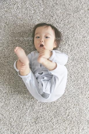 寝転がる赤ちゃんの素材 [FYI01033615]