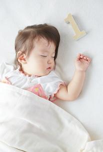 お昼寝している1歳の赤ちゃんの素材 [FYI01033621]