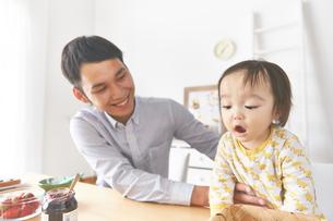 赤ちゃんを見る父親の素材 [FYI01033625]