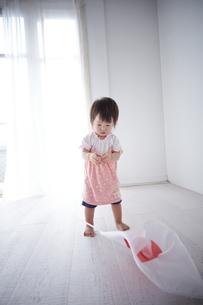 国旗を落としてしまった赤ちゃんの素材 [FYI01033627]