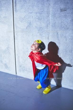 まさに飛ぼうとしている瞬間のちびっこスーパーマンの素材 [FYI01033634]