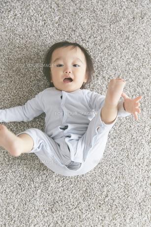 寝転がる赤ちゃんの素材 [FYI01033636]
