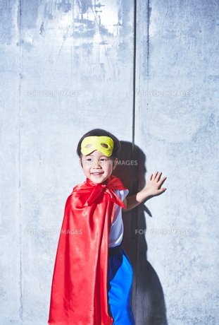 スーパーマンごっこをしている男の子の素材 [FYI01033643]