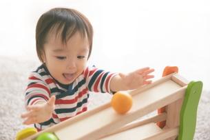遊んでいる赤ちゃんの素材 [FYI01033651]