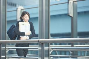 書類を持って急いでいる働く女性の素材 [FYI01033653]