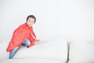 マントをつけて遊んでいる男の子の素材 [FYI01033667]