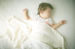 お昼寝中の赤ちゃんの素材 [FYI01033669]